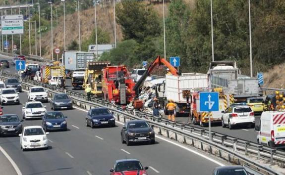 12-kilometre traffic chaos ensues as lorry sheds load on
